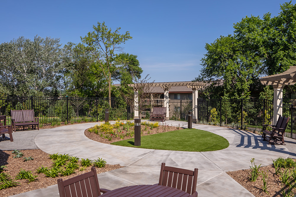 outdoor seating of Orchards of Minnetonka senior living facility in Minnesota